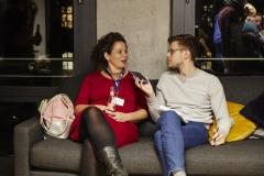 Teilnehmende im Gespräch mit der Deutschen Welle (Foto: Alena Schmick)