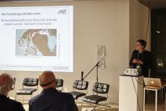 Prof. Dr. Annette Leßmöllmann (KIT) stellt das Bürgerdelphi Keimbahntherapie vor. (Foto: Alena Schmick)